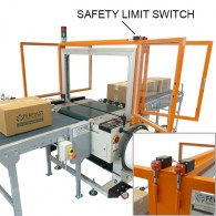 Strapping machine with protections perimeter